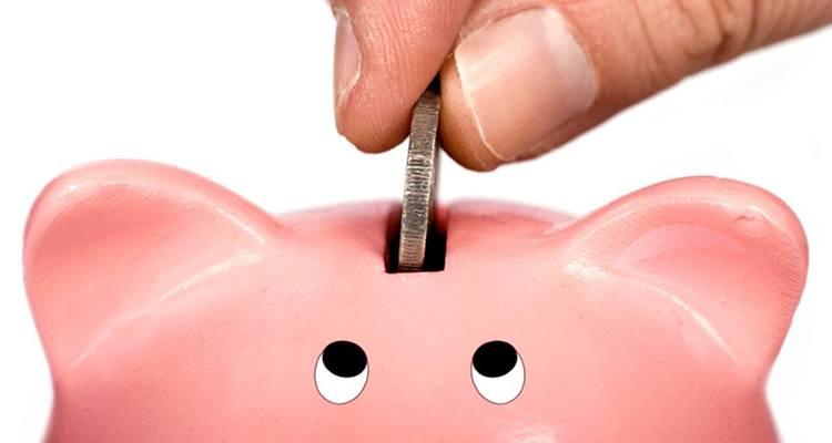 los-mejores-metodos-de-ahorro-eficaz-mano-poniendo-moneda-en-hucha