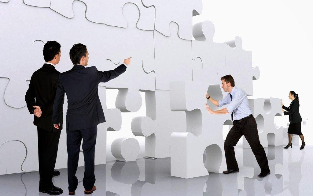 como-adquirir-liderazgo-personas-resolviendo-un-puzzle