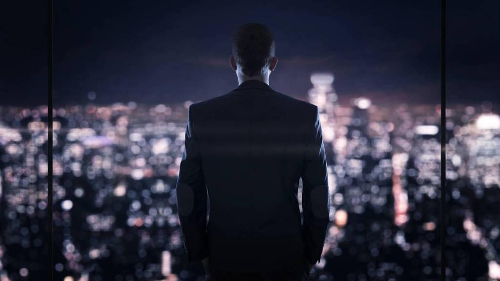 el-mercado-negro-hombre-de-espaldas