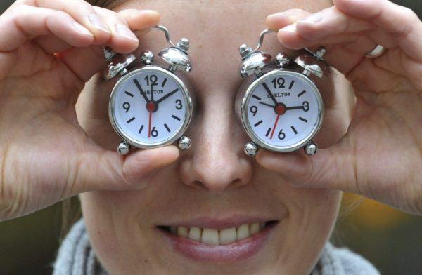 cambio-de-horario-relojes-en-mano