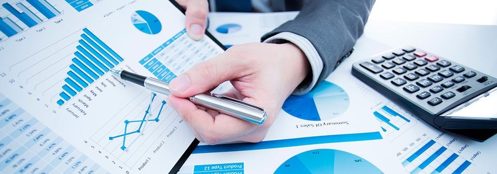 Técnico-Superior-Administración-Finanzas-hombre-escribiendo-papeles-oficina