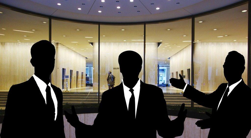 conceptos-de-contabilidad-el-activo-siluetas-de-tres-empresarios