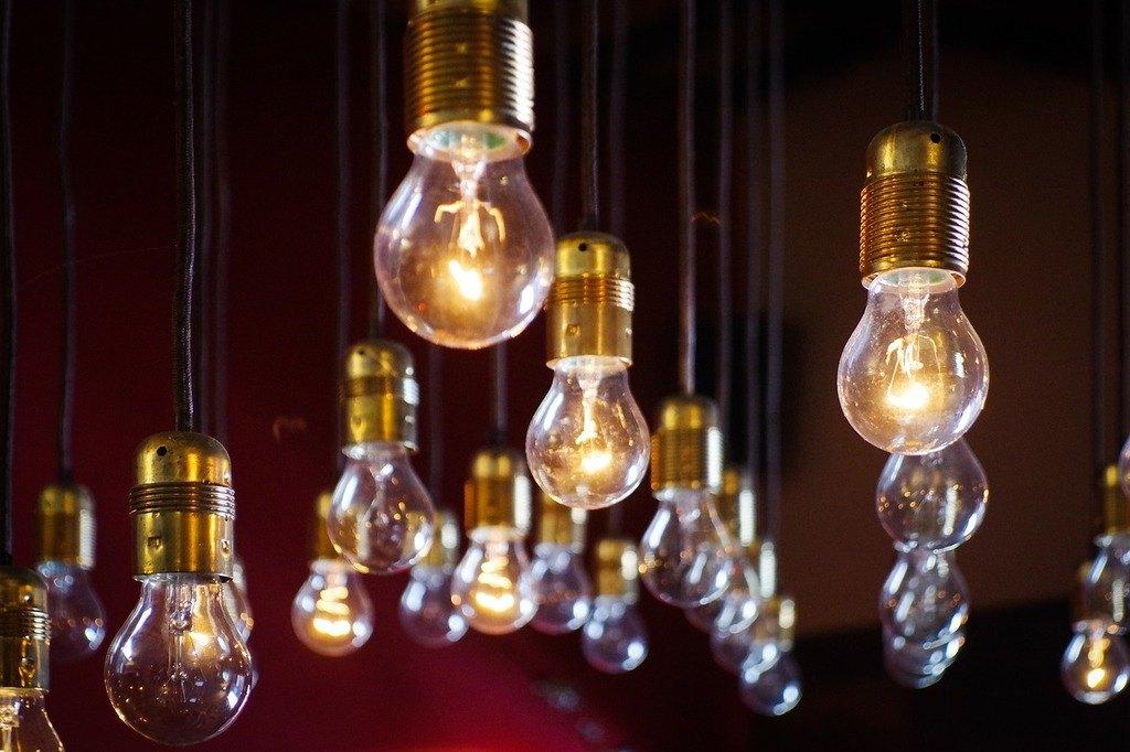 como-entender-la-factura-de-la-luz-bombillas-colgando