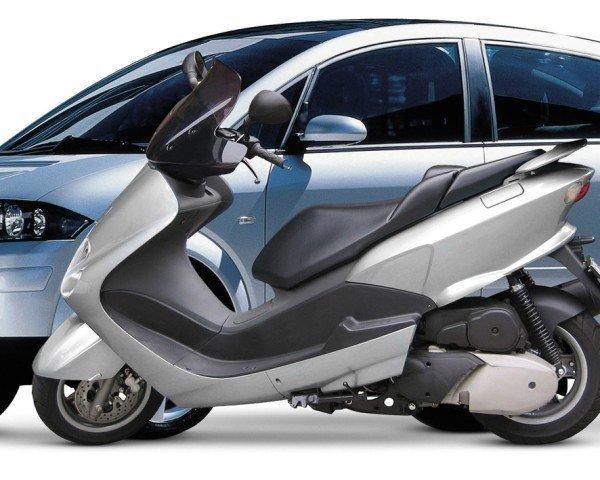 ¿Cuánto más barata sale una moto que un coche?