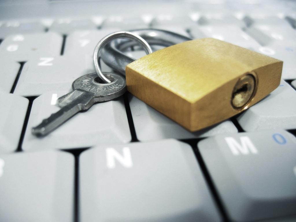 proteccion-datos-proteger-datos-candado-sobre-teclado