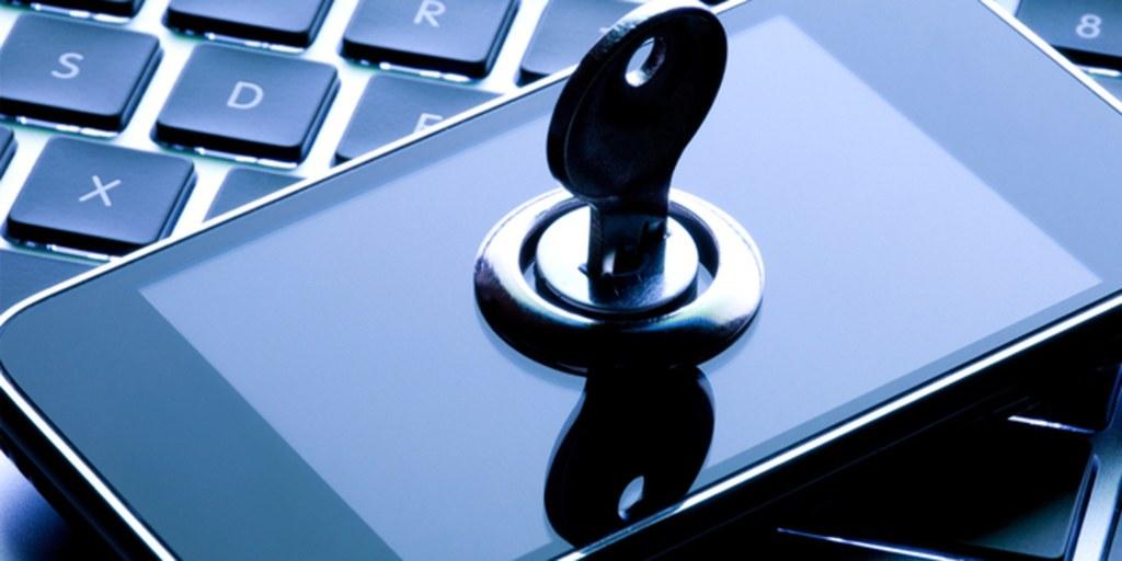 proteccion-datos-personales-celular-sobre-teclado-con-llave