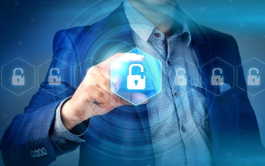 como-proteger-datos-empresa-hombre-cogiendo-candado-dibujado