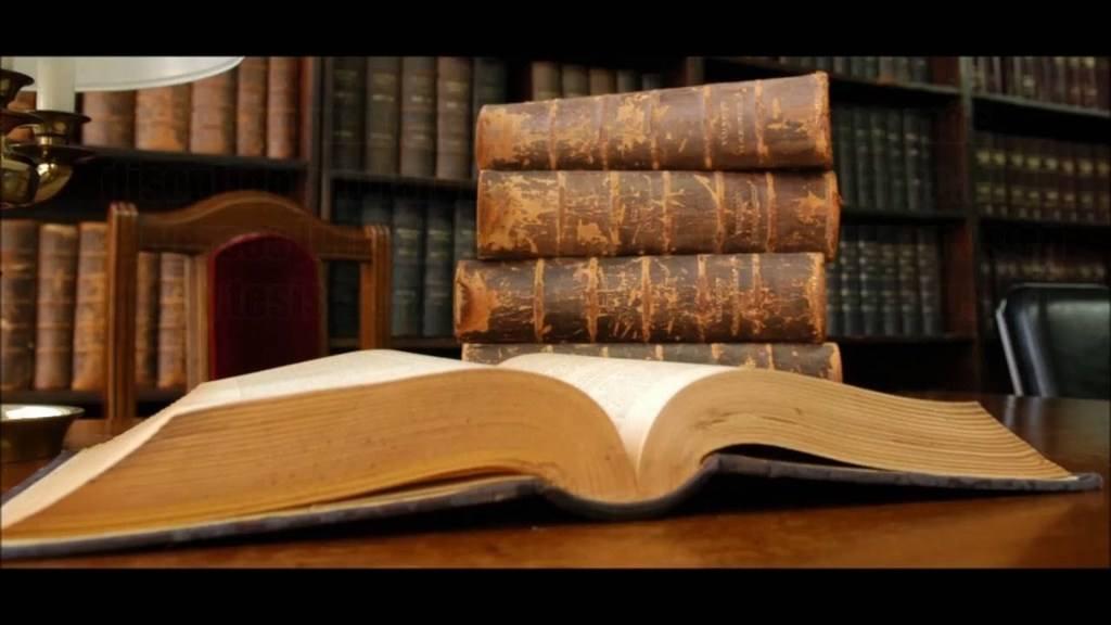 clasificacion-derecho-libro-abierto-apoyado-escritorio