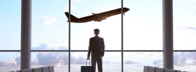 estrategias-para-enviar-un-empleado-al-extranjero-empleado-viaja-avion