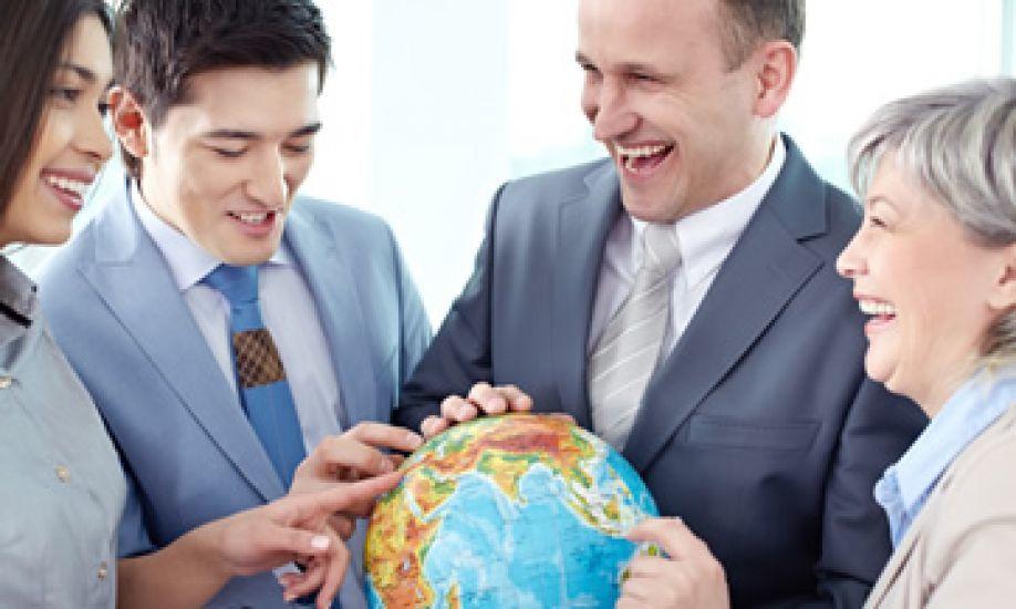 estrategia-para-enviar-al-mejor-empleado-extranjero-aspectos-laborales-empleados-miran-globo-terraqueo