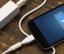 ¿Cuánto cuesta al año cargar la batería del móvil?