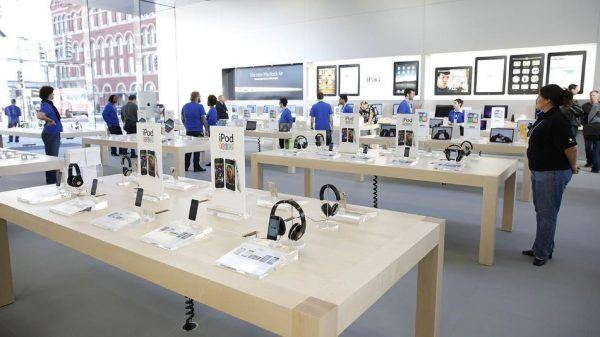 Apple Opens New Store In Chicago's Lincoln Park Neighborhood