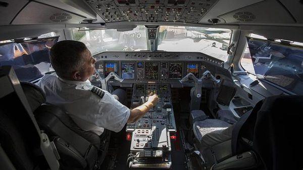 cuanto-gana-piloto-de-avion
