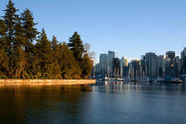 trabajar-y-vivir-en-canada-lago-en-ciudad