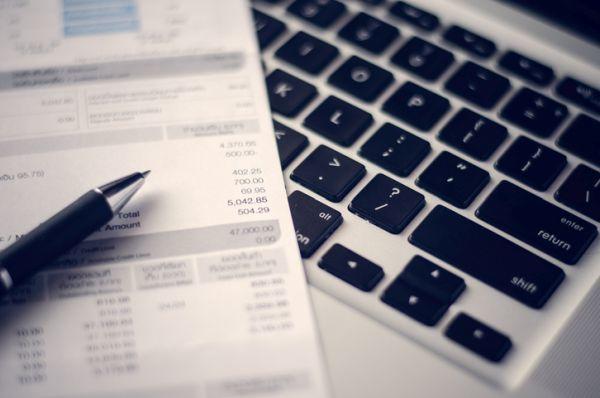 como-entender-la-factura-de-la-luz-de-las-empresas-gracias-a-energya-vm-calculo-factura-istock