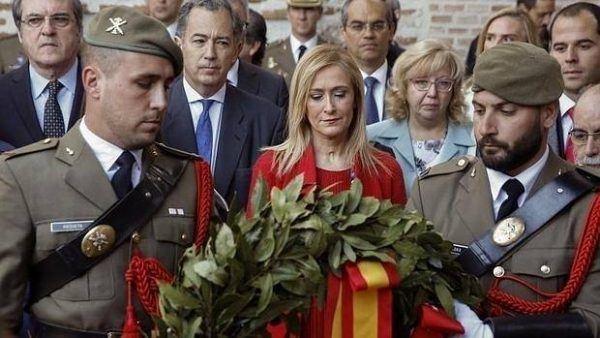 Cristina Cifuentes presidenta de la Comunidad Autónoma de Madrid, realizando la ofrenda floral