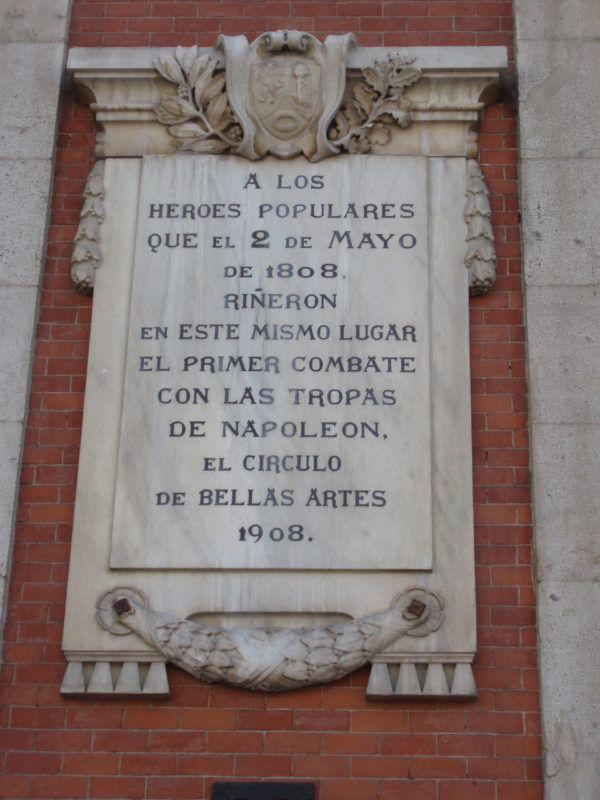 Placa situada en la Puerta del Sol en honor a los caídos en el levantamiento del 2 de mayo de 1808