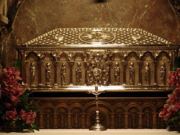 Urna donde se supone que reposan los restos del Santo