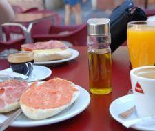 ¿Cuánto tienes que trabajar en diferentes países para poder pagarte el desayuno?
