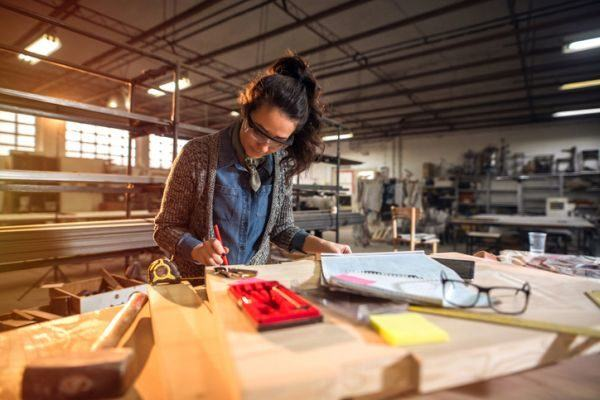 prestamos-jovenes-emprendedores-mujer-istock