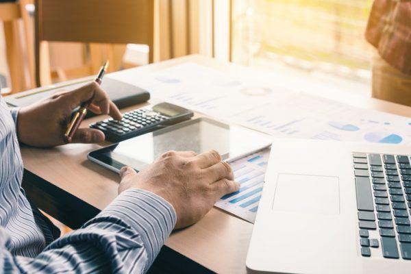 Cuales son las diferencias entre invertir y gastar el dinero inversion