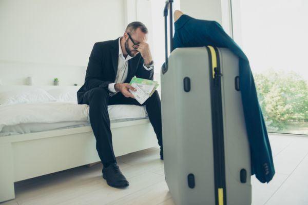 como-anular-mi-viaje-por-coronavirus-aeropuerto-hombre-istock