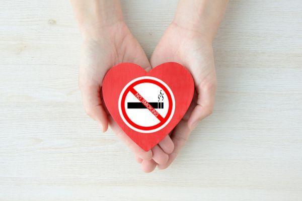Manos sostienen pegatina corazon sin tabaco