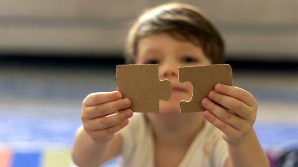 Niño jugando encajando puzzle